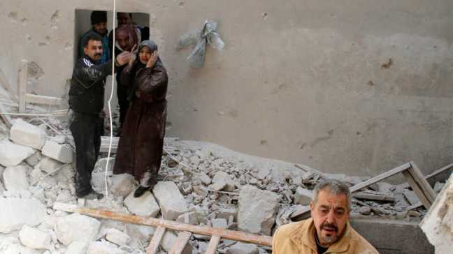 Seorang wanita bereaksi di tengah kerusakan akibat berondongan pasukan loyalis Presiden Bashar al-Assad di lingkungan Al-Sukkari di Aleppo 2 Februari 2014. (Reuters)