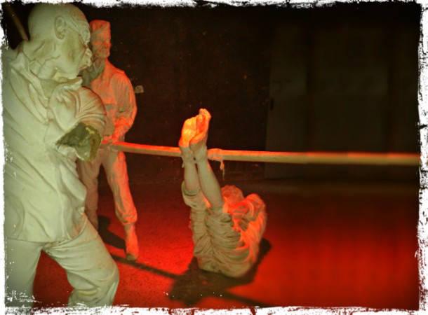Patung di museum Suriah yang memperlihatkan metode-metode penyiksaan tahanan. (Die Welt)