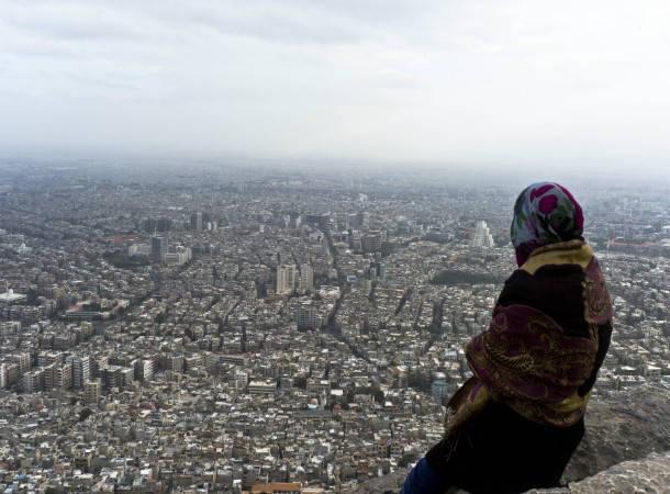 Perempuan Suriah memandang Damaskus