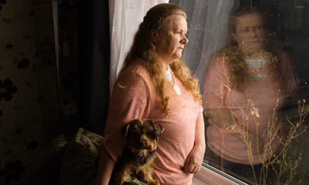 Helen Holland bersama anjingnya, Pippa. Semasa kecil dia diserang secara seksual oleh seorang biarawati di Nazareth House, Kilmarnock. Foto: Murdo Macleod untuk Observer. (Murdo Macleod/Observer)