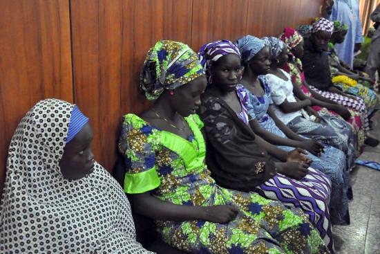 2 Juni 2014: Siswi-siswi yang kabur dari para penculik Boko Haram di desa Chibok sedang menunggu di rumah dinas gubernur di Maiduguri untuk berbicara dengan Gubernur Negara Bagian, Kashim Shettima. (AFP)
