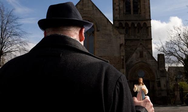 """Pat McEwan di depan kapel di mana dirinya dahulu dicabuli. """"Ini soal keadilan,"""" kata Pat McEwan, yang mengaku diperkosa oleh seorang pastor sewaktu dia masih kecil. Foto: Murdo Macleod untuk Observer. (Murdo Macleod/Observer)"""