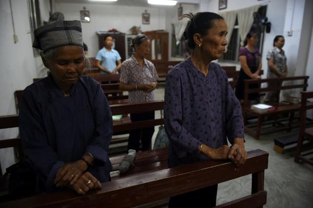 Anggota paroki menghadiri misa di gereja Katolik di Dingan, Guangxi, wilayah selatan China. ©Greg Baker (AFP)